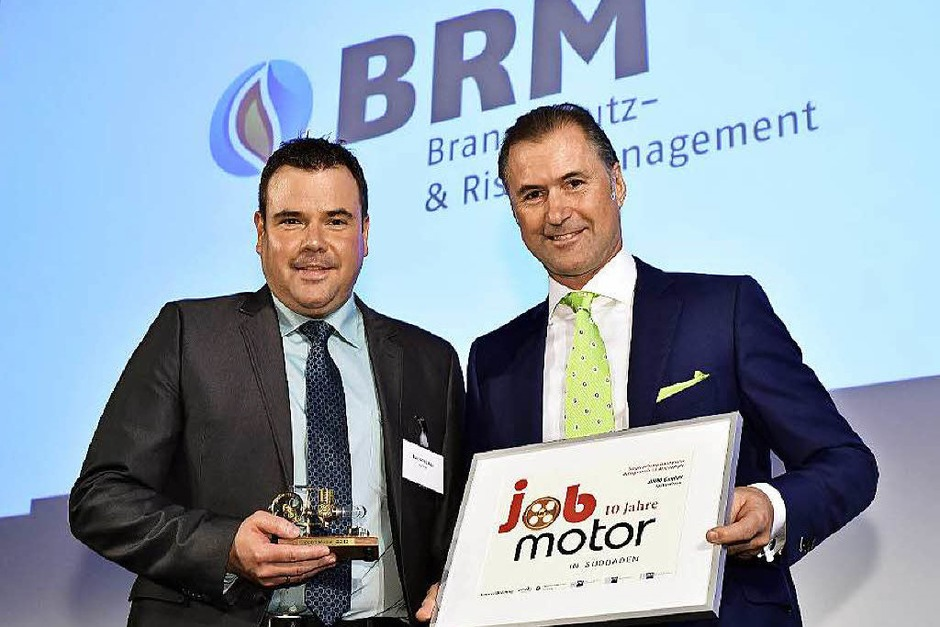 Verleihung des Jobmotor 2015 : Preisträger  Marc Schlicksupp (li., Geschäftsführer von BRM Brandschutz GmbH Heitersheim) und Laudator Steffen P. Würth (Vizepräsident der IHK Schwarzwald-Baar-Heuberg) (Foto: Thomas Kunz)