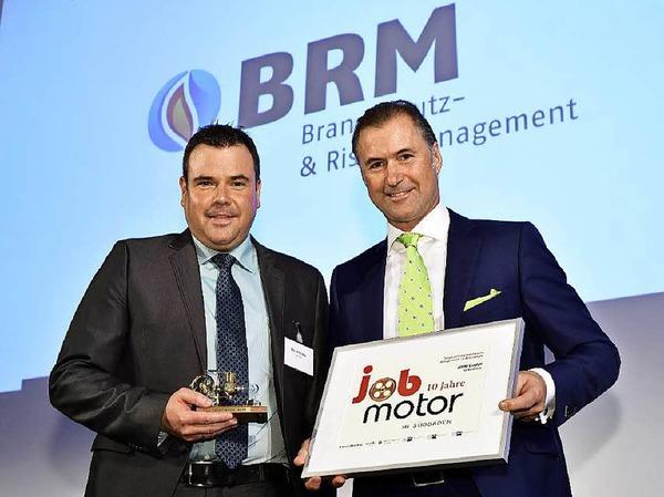 Verleihung des Jobmotor 2015 : Preisträger  Marc Schlicksupp (li., Geschäftsführer von BRM Brandschutz GmbH Heitersheim) und Laudator Steffen P. Würth (Vizepräsident der IHK Schwarzwald-Baar-Heuberg)
