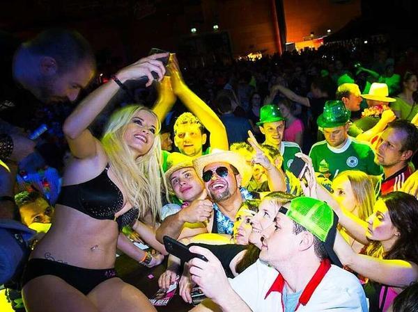 2500 Schlagerfans kamen am Samstagabend in die Rothaus-Arena, um sich in Ballermann-Stimmung zu versetzten. Die Saison an der Playa de Palma geht noch im April los und dauert bis Oktober.