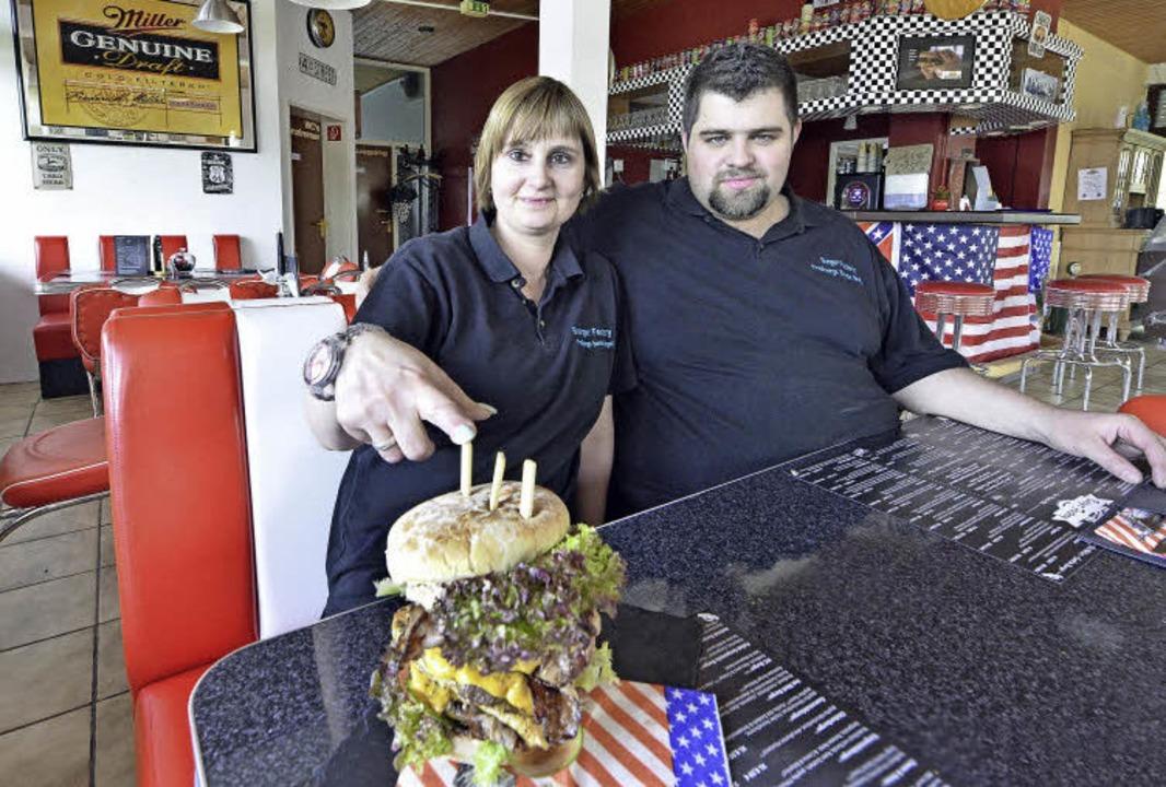 Manuela und Torsten Reinhard haben sich auf amerikanische Burger spezialisiert.  | Foto: Michael Bamberger