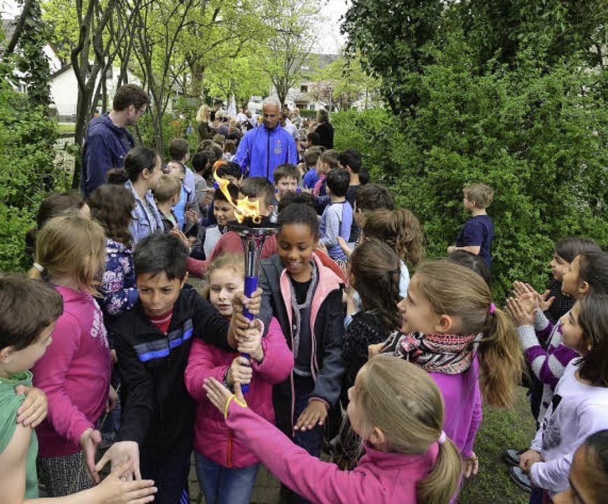 Die Fackel als Symbol des Friedens: Di...d Schülern der Pestalozzi-Grundschule.  | Foto: Ingo Schneider
