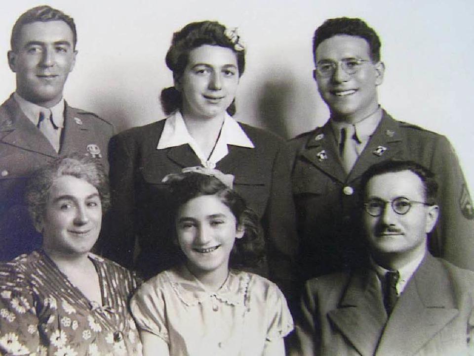 Die Familie von Fred Mayer (links) nac...reiburg einst eine Eisenwarenhandlung.  | Foto: privat
