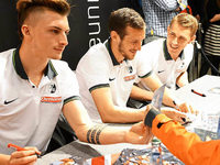 SC Freiburg: Aufstiegstr�ume bei der Autogrammstunde