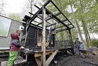 Eltern helfen, den abgebrannten Kita-Bauwagen in die Einzelteile zu zerlegen