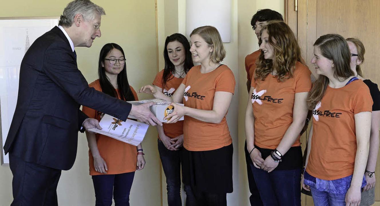 Die Fossil-Free-Gruppe übergibt Uni-Re...die Petition mit 1171 Unterschriften.     Foto: Ingo Schneider
