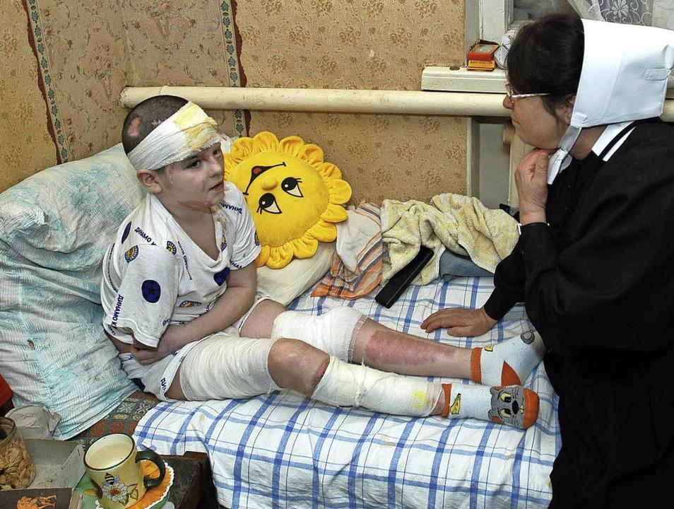 Artjom  nach seinem schweren Unfall al...r, 2004 mit Schwester Inger Kimmerle.     Foto: Hans-Peter Fischer