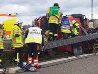 Laster durchbricht Leitplanke auf der A5 bei Bad Krozingen