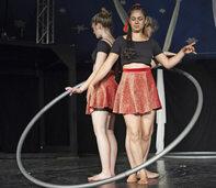 Variete-Ensemble und Vertikalseil beim Zirkus Ragazzi in M�llheim