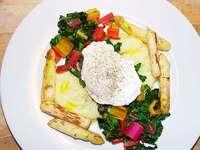 Bunter Blattgenuss: Spargel mit Mangold und Ei