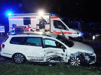 Auto rammt voll besetztes Taxi - zwei Schwerverletzte