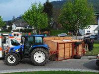 Traktoranh�nger mit zw�lf Passagieren st�rzt in Seelbach um
