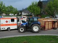 Traktoranh�nger mit zw�lf Passagieren st�rzt um