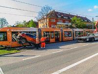 Auto kracht in Stra�enbahn – hoher Sachschaden