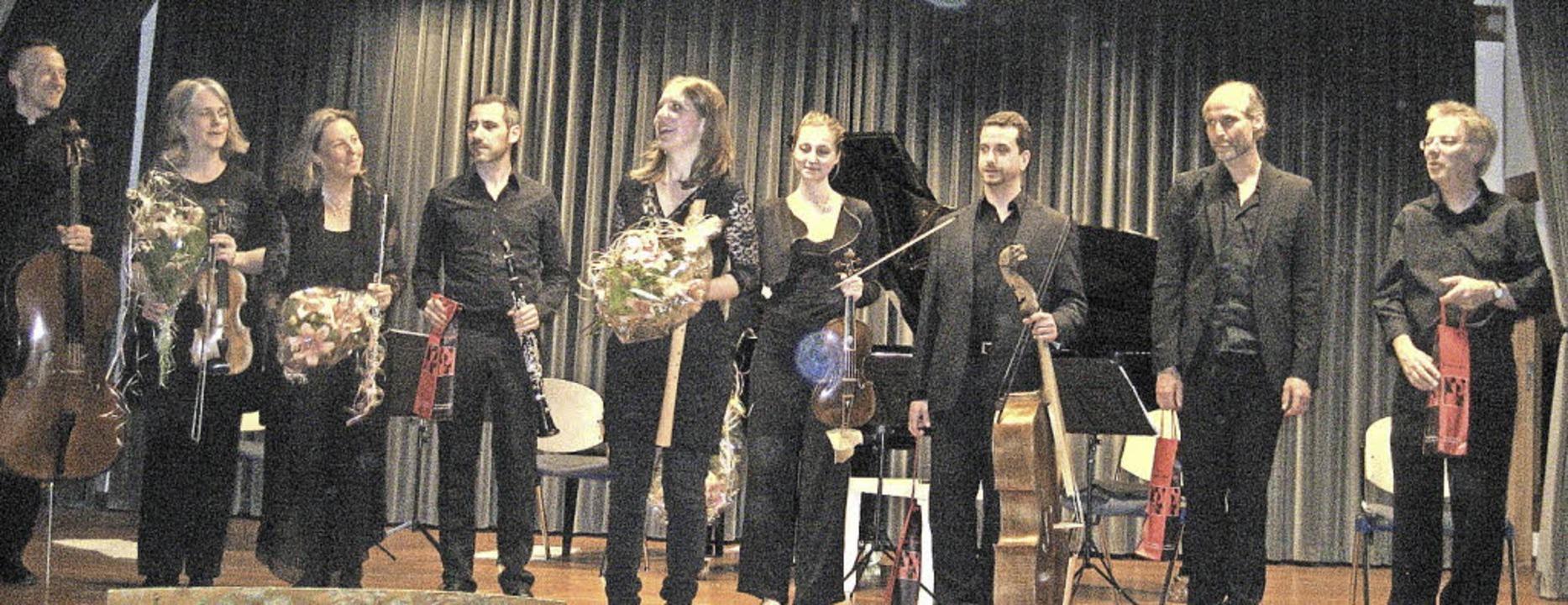 Die beiden Ensembles gemeinsam auf der  Bühne  | Foto: Andrea Steinhart