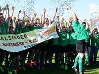 Die M�nner des SV Mundingen feiern den Bezirks-Pokalsieg