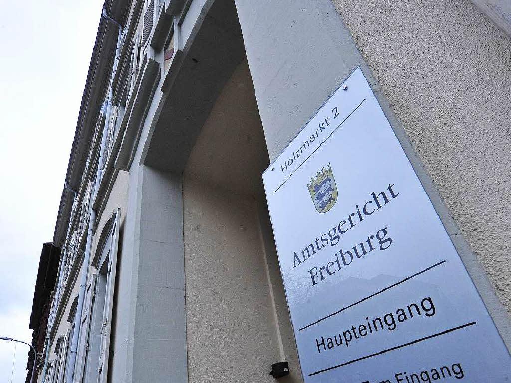 Freiburg urteil mann stirbt nach unfall mit garagentor for Monteur de stand