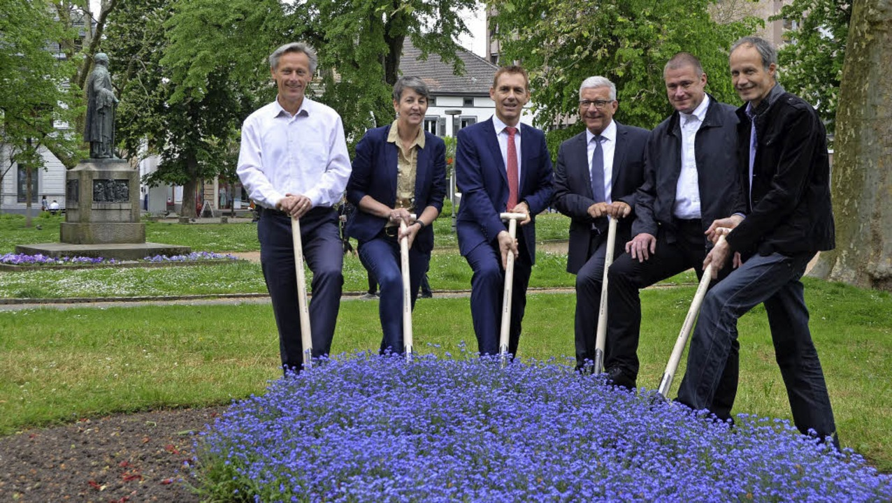 Spatenstich vor Dichter-Denkmal (von l...ittus (Büro AG Freiraum) im Hebelpark.  | Foto: Mark Alexander