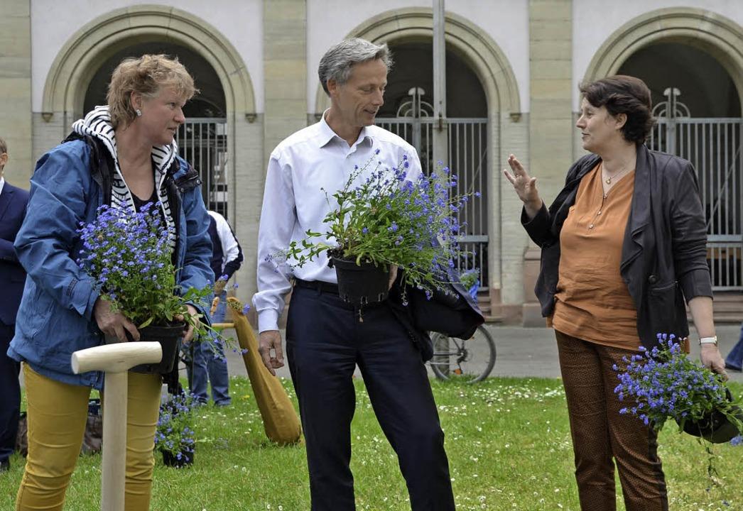 Vergissmeinnicht: Stadträtin Claudia S...sleiterin Britta Staub-Apt (von links)  | Foto: Mark Alexander