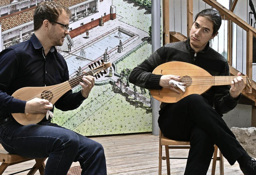 Marc Lewon  (links) und Paul Kieffer in der Römervilla   | Foto: Sarah Nöltner