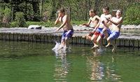 Mutige Jungs er�ffnen die Badesaison