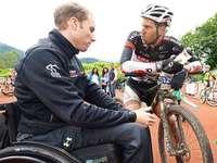 Der gel�hmte Benjamin Rudiger arbeitet beim Ultra-Bike mit