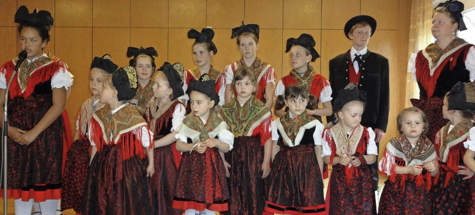 Die Kindertrachtengruppe aus Zell erfr... ihren schönen Tänzen und Darbietungen  | Foto: Klaus Brust
