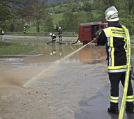 Das Wasser sucht sich seinen Weg �ber Stra�en und durch H�user