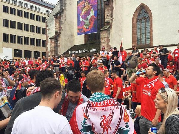In Basel treffen am Abend des Europa-League-Finales Fans aus Sevilla auf Fans aus Liverpool. Die Stimmung ist ausgelassen, die Fangesänge sind laut.