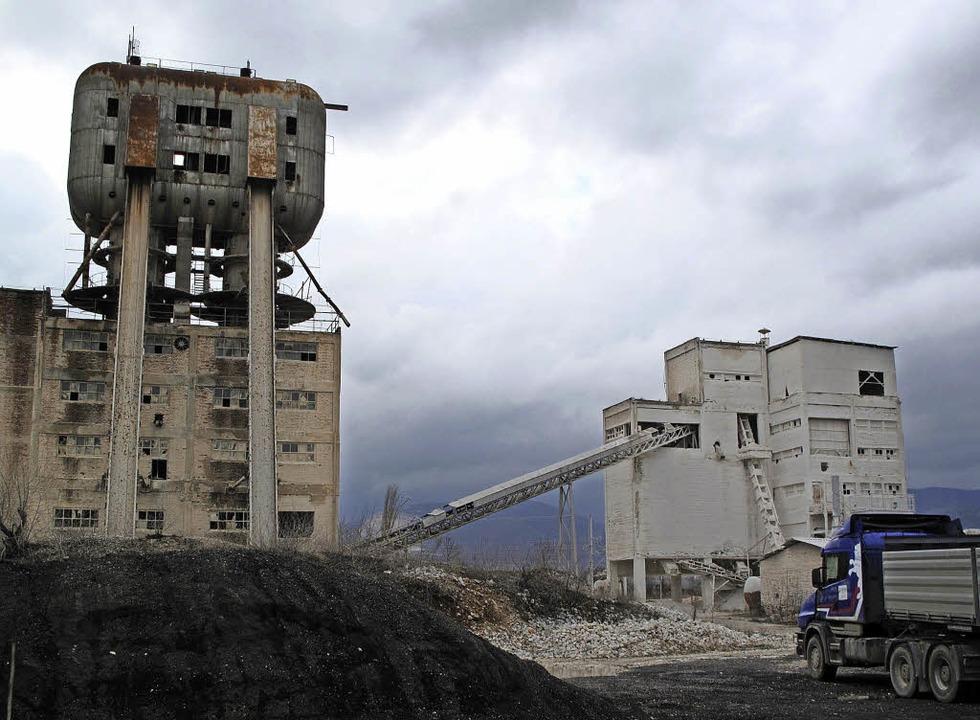 Diese Fabrik im serbischen Presevo trä...n Zukunft. Sie  ist aber stillgelegt.     Foto: dpa