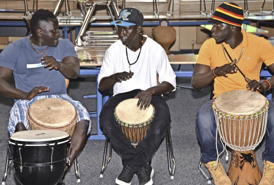 Drei Flüchtlinge  aus Gambia leiteten ... für Asylsuchende organisiert hatten.   | Foto: Hans-Jochen Voigt