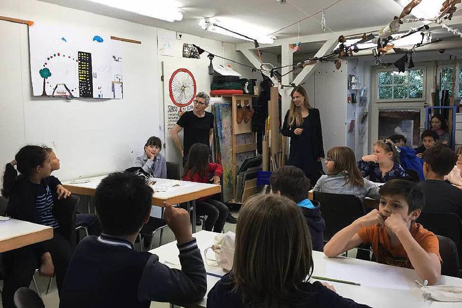 Los ging es im Kinderclub, einem Werkraum des Museums. Olivia Jenni (hinten rechts) und Sibilla Caflisch (hinten links) führten die Kinder in das Thema ein. Alle überlegten gemeinsam, wofür man den Tastsinn braucht. (Foto: Sonja Zellmann)