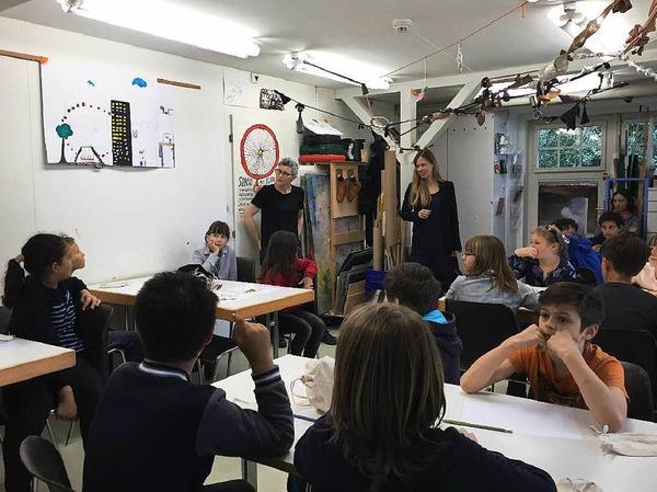 Los ging es im Kinderclub, einem Werkraum des Museums. Olivia Jenni (hinten rechts) und Sibilla Caflisch (hinten links) führten die Kinder in das Thema ein. Alle überlegten gemeinsam, wofür man den Tastsinn braucht.