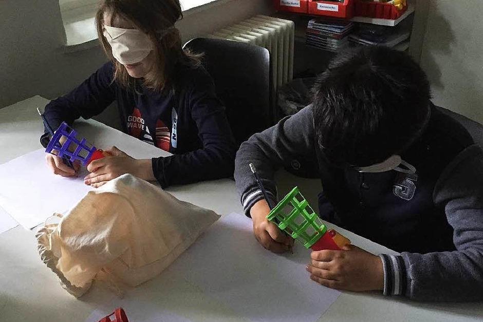 Anschließend zogen die Kinder Schlafbrillen auf. Ihre Aufgabe war, einen  ihnen bis dahin unbekannten Gegenstand zu ertasten und anschließend zu malen. (Foto: Sonja Zellmann)