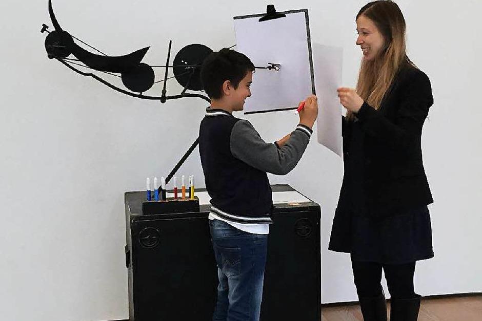 Hier versucht sich Balint Bajkai als Künstler. Er soll einen Kreis malen. Doch das ist gar nicht so leicht, da Olivia Jenni das Blatt hin- und herbewegt. Wer malt da nun eigentlich? (Foto: Sonja Zellmann)