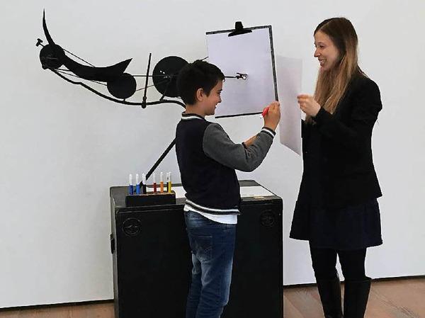 Hier versucht sich Balint Bajkai als Künstler. Er soll einen Kreis malen. Doch das ist gar nicht so leicht, da Olivia Jenni das Blatt hin- und herbewegt. Wer malt da nun eigentlich?