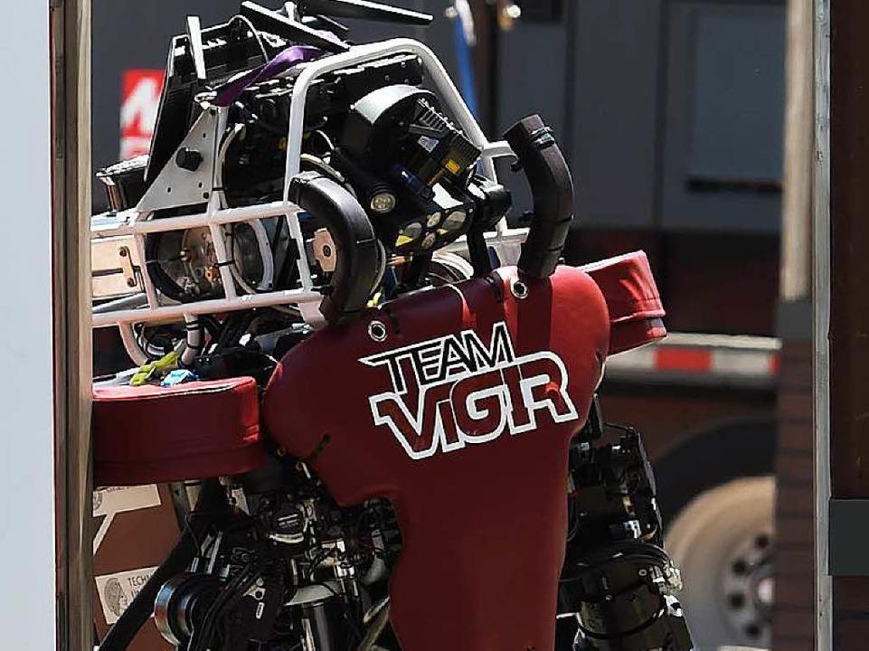 Ein Roboter auf der Darpa Challenge 20...eim Versuch, durch eine Tür zu kommen.  | Foto: AFP