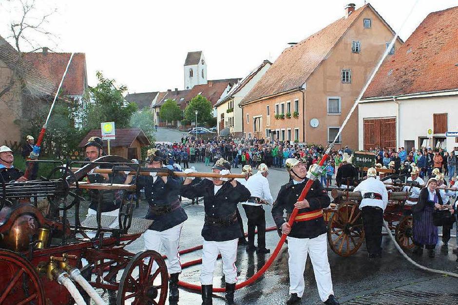 Mit einer Feuerwehrübung unter Beteiligung der historischen Wehren aus Bachheim, Seppenhofen, Dittishausen und Unadingen  wurde der Großbrand vor 100 Jahren in Unadingen in Erinnerung gerufen. (Foto: Christa Maier)