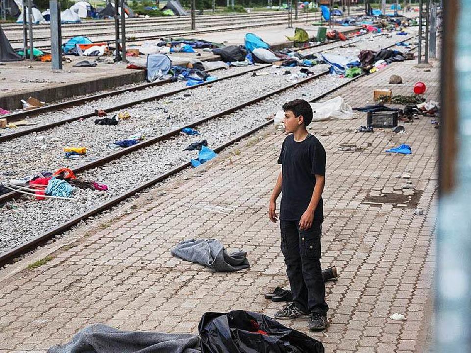 Ein Junge steht an den leeren Bahnglei...vor wenigen Tagen waren diese besetzt.  | Foto: David Lohmueller