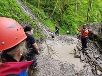 Wanderin versinkt h�fttief in Schlammlawine - leicht verletzt