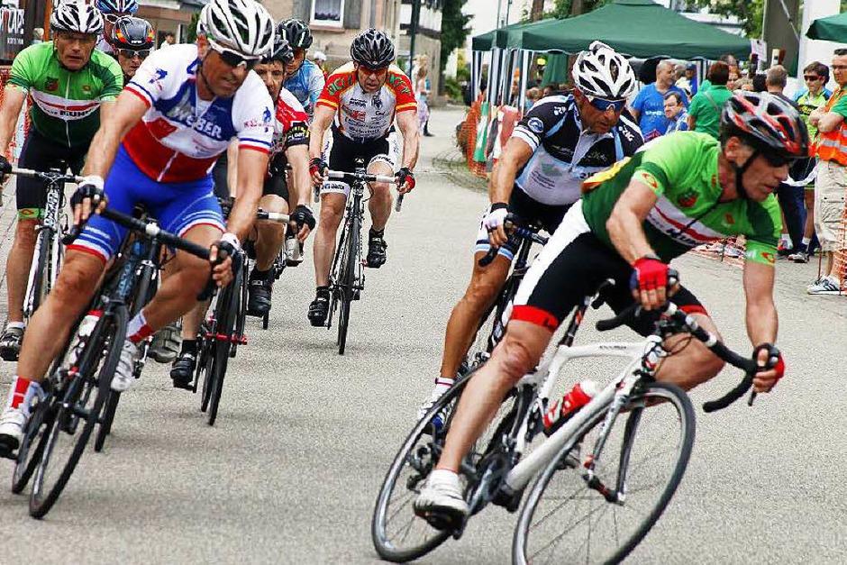 Ganz Hofweier war bevölkert von Radfahrern fast aller Klassen und Zuschauern, die ihre Rennhelden anfeuerten.