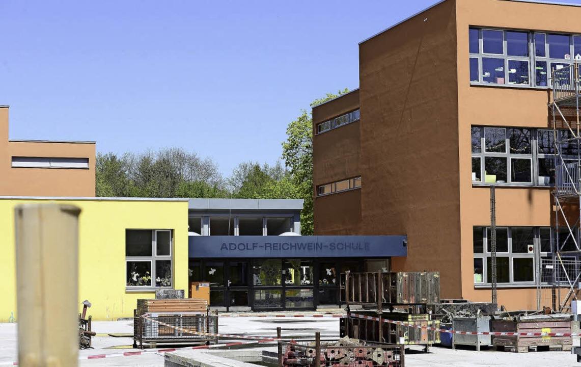 Die Adolf-Reichwein-Schule in Weingart...me zeigte. Die Nazis ermordeten ihn.    | Foto: Ingo Schneider