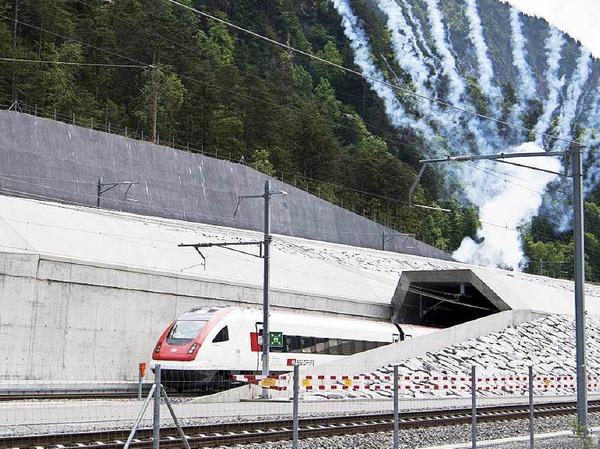 Mit einer bunten Feier haben die Schweizer den Tunnel eröffnet.