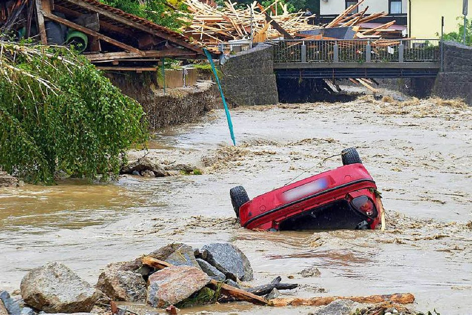 Das Wasser kam rasant und überraschte viele Bürger im Kreis Rottal-Inn. (Foto: dpa)