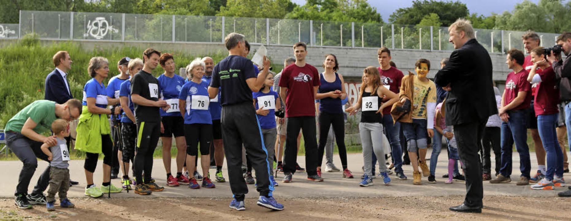 Bürgermeister Michael Wilke erläutert ...as es bei der 1000-Meter-Strecke geht.  | Foto: Katharina Bartsch