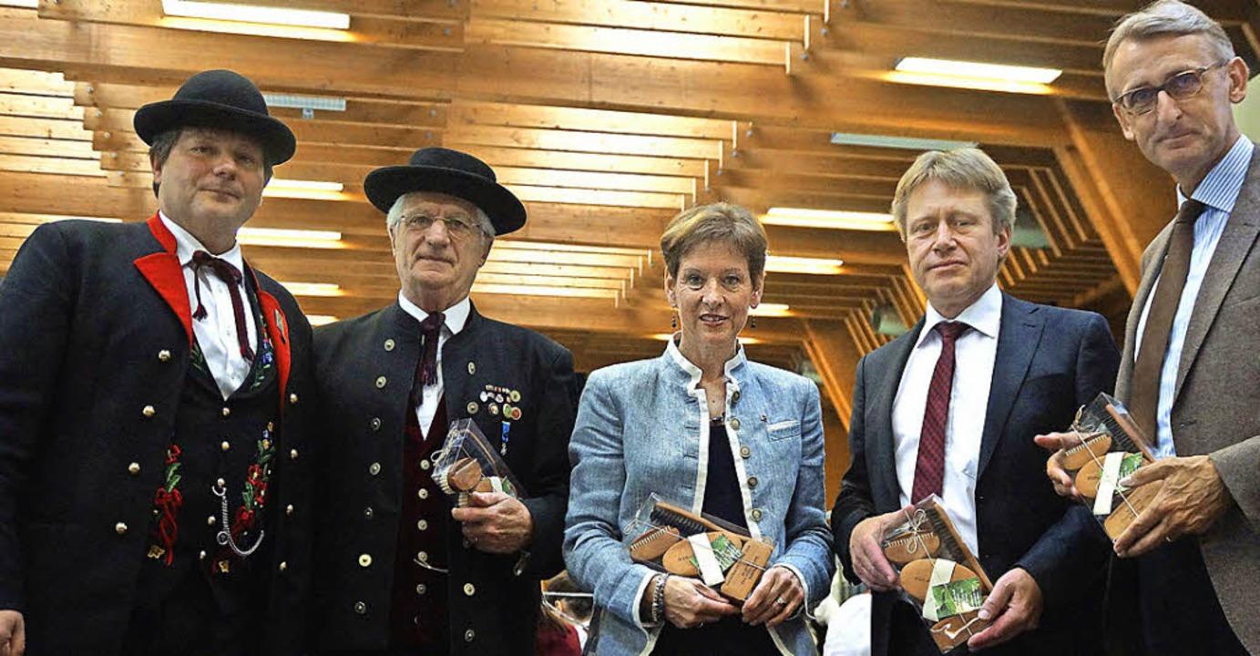 Gastgeschenke überreichte Vorsitzender...undestagsabgeordneter Armin Schuster.   | Foto: Verena Wehrle/Jacob