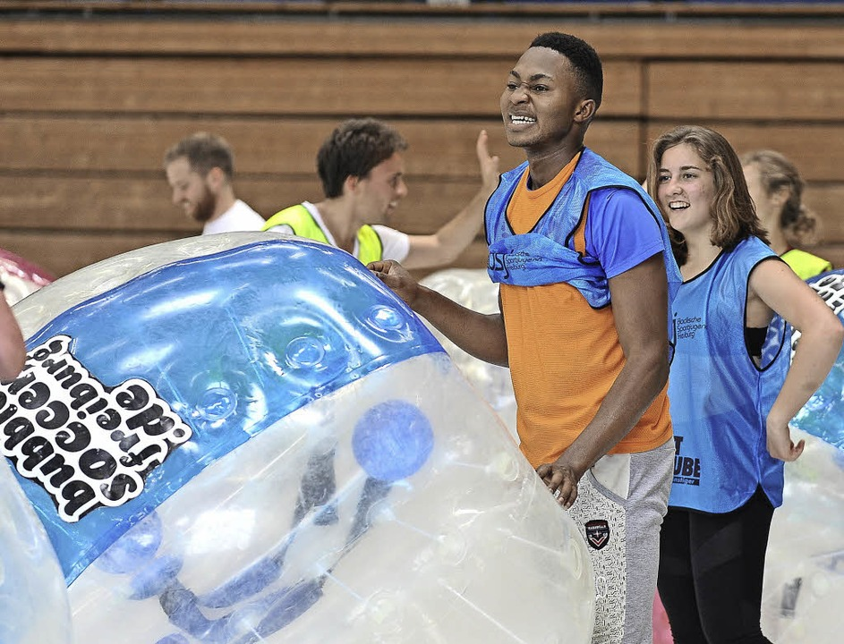 Bubble-Soccer, Fußball in einer Art Pl...begeisterte alle beim Mischmasch-Cup.     Foto: Joachim Keller
