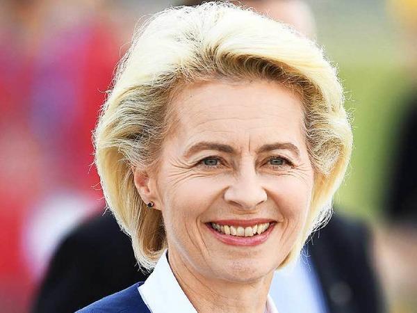 Ursula von der Leyen: FÜR die Verteidigungsministerin spricht, dass ihr die Kompetenz für jedes höhere politische Amt zugesprochen wird. GEGEN sie spricht, dass man sie sich im herzerwärmenden Dialog mit Bürgern nicht recht vorstellen kann.