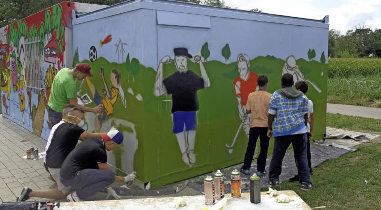 Den Sportcontainer, der direkt an den ...affiti-Workshop farbenfroh gestaltet.   | Foto: privat