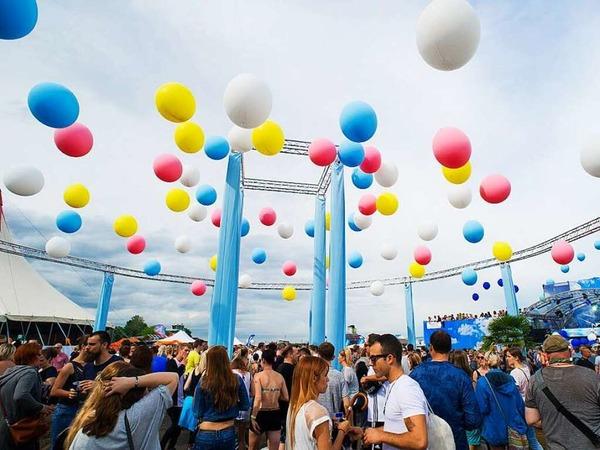 Stilvoller Rave beim Kamehameha-Festival aus dem Offenburger Flugplatz