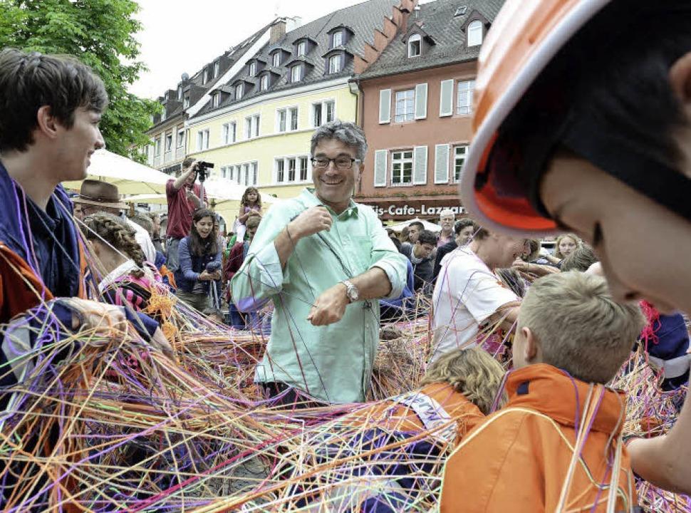 Ordentlich eingewickelt (in Wollknäuel...rde Oberbürgermeister Dieter Salomon.   | Foto: Rita Eggstein